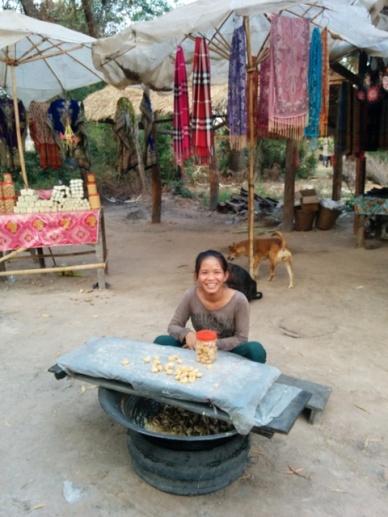 moça vendendo na estrada